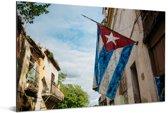 Cubaanse vlag die aan een huis hangt in Habana Vieja Aluminium 120x80 cm - Foto print op Aluminium (metaal wanddecoratie)