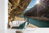 Fotobehang vinyl - Tijgersprongkloof met blauwe rivier en mooie zonnestralen in China breedte 420 cm x hoogte 280 cm - Foto print op behang (in 7 formaten beschikbaar)