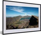Foto in lijst - Berglandschap en een meer in het Nationaal Park Gunung Rinjani fotolijst zwart met witte passe-partout 60x40 cm - Poster in lijst (Wanddecoratie woonkamer / slaapkamer)
