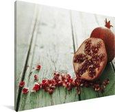 Verse granaatappel op houten tafel Canvas 160x120 cm - Foto print op Canvas schilderij (Wanddecoratie woonkamer / slaapkamer) XXL / Groot formaat!