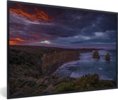 Foto in lijst - De Twaalf Apostelen bij rode zonsondergang in Australië fotolijst zwart 60x40 cm - Poster in lijst (Wanddecoratie woonkamer / slaapkamer)