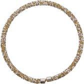 Ketting die kort in de hals gedragen wordt met goudkleurige en zilverkleurige kristallen.