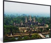 Foto in lijst - Luchtfoto van de tempel van Angkor Wat in Cambodja fotolijst zwart 60x40 cm - Poster in lijst (Wanddecoratie woonkamer / slaapkamer)