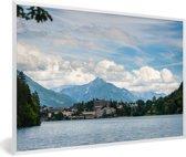 Foto in lijst - Meer van Bled met bergen in Slovenië fotolijst wit 60x40 cm - Poster in lijst (Wanddecoratie woonkamer / slaapkamer)