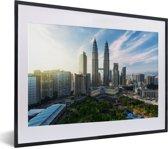 Foto in lijst - Zonsopkomst bij de Petronas Towers fotolijst zwart met witte passe-partout klein 40x30 cm - Poster in lijst (Wanddecoratie woonkamer / slaapkamer)