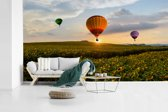 Fotobehang vinyl - Drie luchtballonnen met een zonsondergang breedte 395 cm x hoogte 220 cm - Foto print op behang (in 7 formaten beschikbaar)
