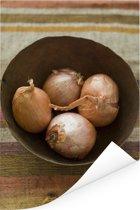 Vier sjalotten in een bruine metalen kom Poster 60x90 cm - Foto print op Poster (wanddecoratie woonkamer / slaapkamer)
