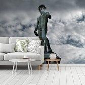 Fotobehang vinyl - Donkere wolkenformatie boven het David standbeeld in Italië breedte 535 cm x hoogte 400 cm - Foto print op behang (in 7 formaten beschikbaar)