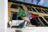 Fotobehang vinyl - Typische oude gevel met een Italiaanse vlag breedte 330 cm x hoogte 220 cm - Foto print op behang (in 7 formaten beschikbaar)