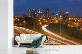 Fotobehang vinyl - De snelwegen van Columbus in Ohio met op de achtergrond de typische wolkenkrabbers breedte 450 cm x hoogte 300 cm - Foto print op behang (in 7 formaten beschikbaar)