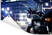 Motorfiets midden in de avond in een stad Tuinposter 90x60 cm - Tuindoek / Buitencanvas / Schilderijen voor buiten (tuin decoratie)