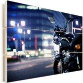 Motorfiets midden in de avond in een stad Vurenhout met planken 90x60 cm - Foto print op Hout (Wanddecoratie)