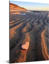 Zandvorming en een steentje in de vorm van een hart bij de Cape Cod National Seashore Aluminium 60x90 cm - Foto print op Aluminium (metaal wanddecoratie)