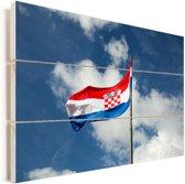 De vlag van Kroatië wappert in de lucht Vurenhout met planken 120x80 cm - Foto print op Hout (Wanddecoratie)