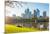 Uitzicht op de wolkenkrabbers in Melbourne vanuit een park Aluminium 180x120 cm - Foto print op Aluminium (metaal wanddecoratie) XXL / Groot formaat!