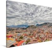 Bewolkte lucht boven de stad Quito in Ecuador Canvas 140x90 cm - Foto print op Canvas schilderij (Wanddecoratie woonkamer / slaapkamer)