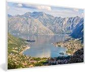 Foto in lijst - De Baai van Kotor met eb in het dal bij de stad Kotor fotolijst wit 60x40 cm - Poster in lijst (Wanddecoratie woonkamer / slaapkamer)