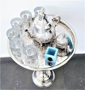 Complete marokkaanse theeset op Marokkaanse zilveren tafel,  Marokkaanse theepot, 6 Marokkaanse glazen, een zilveren bonbonpotje, en een Marokkaanse theelichthouder.