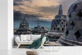 Fotobehang vinyl - Donkere wolken boven de Borobudur tempel breedte 390 cm x hoogte 260 cm - Foto print op behang (in 7 formaten beschikbaar)