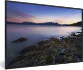Foto in lijst - Fantastische zonsondergang bij het water van Nationaal park Tierra del Fuego fotolijst zwart 60x40 cm - Poster in lijst (Wanddecoratie woonkamer / slaapkamer)