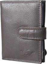Pasjeshouder met RFID bescherming (anti skim) van Arrigo gemaakt van soepel donkerbruin rundleer. Deze mini portemonnee heeft ruimte voor 26 pasjes, briefgeld en een handig kleingeld vakje met rits