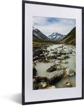 Foto in lijst - Rivieren in het Nationaal park Aoraki/Mount Cook op het Zuidereiland fotolijst zwart met witte passe-partout 40x60 cm - Poster in lijst (Wanddecoratie woonkamer / slaapkamer)