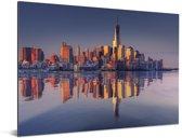 Weerspiegeling van de het stadslandschap en het World Trade Center in een Rivier Aluminium 80x60 cm - Foto print op Aluminium (metaal wanddecoratie)