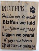 Tekstbord steigerhout in dit huis wij hond