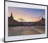 Foto in lijst - Zonsondergang met heldere oranje lucht bij Plaza Mayor in Spanje fotolijst zwart met witte passe-partout klein 40x30 cm - Poster in lijst (Wanddecoratie woonkamer / slaapkamer)