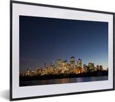 Foto in lijst - Skyline van Sydney wat in de nacht wordt verlicht fotolijst zwart met witte passe-partout klein 40x30 cm - Poster in lijst (Wanddecoratie woonkamer / slaapkamer)