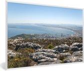 Foto in lijst - Uitzicht op de kustlijn van het Afrikaanse Robbeneiland Zuid-Afrika fotolijst wit 60x40 cm - Poster in lijst (Wanddecoratie woonkamer / slaapkamer)