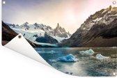 Een bevroren meer aan de rand van het berglandschap bij Los Glaciares Tuinposter 60x40 cm - klein - Tuindoek / Buitencanvas / Schilderijen voor buiten (tuin decoratie)