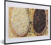 Foto in lijst - Witte en zwarte sesamzaden in houten lepels fotolijst zwart met witte passe-partout klein 40x30 cm - Poster in lijst (Wanddecoratie woonkamer / slaapkamer)