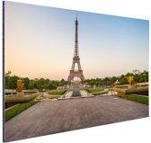 FotoCadeau.nl - De eiffeltoren bij zonsopkomst Aluminium 90x60 cm - Foto print op Aluminium (metaal wanddecoratie)