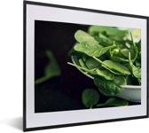 Foto in lijst - Spinazie bladeren in een witte schaal fotolijst zwart met witte passe-partout 50x40 cm - Poster in lijst (Wanddecoratie woonkamer / slaapkamer)