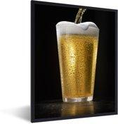 Foto in lijst - Heerlijk getapt biertje op een zwarte achtergrond fotolijst zwart 30x40 cm - Poster in lijst (Wanddecoratie woonkamer / slaapkamer)