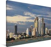 Donkere wolken boven de miljoenenstad Panama Stad Canvas 180x120 cm - Foto print op Canvas schilderij (Wanddecoratie woonkamer / slaapkamer) XXL / Groot formaat!