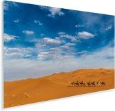 Een karavaan van kamelen trekt naar de zandduinen bij Erg Chebbi in Marokko Plexiglas 120x80 cm - Foto print op Glas (Plexiglas wanddecoratie)
