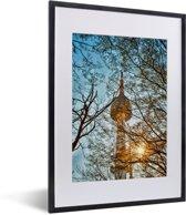 Foto in lijst - Namsan N Tower met zonnestralen door de bomen in Seoul fotolijst zwart met witte passe-partout klein 30x40 cm - Poster in lijst (Wanddecoratie woonkamer / slaapkamer)