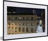 Foto in lijst - Gebouwen in het centrum van Tulsa in de Verenigde Staten tijdens de nacht fotolijst zwart met witte passe-partout 60x40 cm - Poster in lijst (Wanddecoratie woonkamer / slaapkamer)