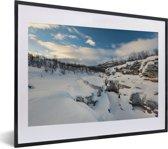 Foto in lijst - Het besneeuwde landschap in het Nationaal park Abisko in Zweden fotolijst zwart met witte passe-partout klein 40x30 cm - Poster in lijst (Wanddecoratie woonkamer / slaapkamer)