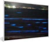 Foto in lijst - Bioluminescent Baai met een stad in Japan fotolijst wit 60x40 cm - Poster in lijst (Wanddecoratie woonkamer / slaapkamer)