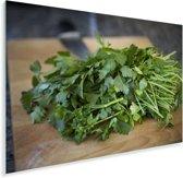 Groene peterselie op een snijplank Plexiglas 90x60 cm - Foto print op Glas (Plexiglas wanddecoratie)