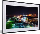 Foto in lijst - Downtown van Baton Rouge in de Verenigde Staten tijdens de nacht fotolijst zwart met witte passe-partout 60x40 cm - Poster in lijst (Wanddecoratie woonkamer / slaapkamer)