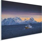Een vissersboot met bergen op de achtergrond Plexiglas 90x60 cm - Foto print op Glas (Plexiglas wanddecoratie)
