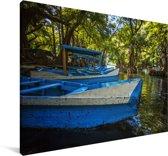 Blauw roeibootje in een beek in het Nationaal park Lago de Camécuaro in Mexico Canvas 90x60 cm - Foto print op Canvas schilderij (Wanddecoratie woonkamer / slaapkamer)