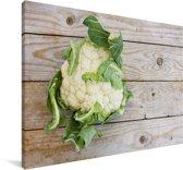 Een bloemkool op een houten tafel Canvas 60x40 cm - Foto print op Canvas schilderij (Wanddecoratie woonkamer / slaapkamer)