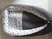 Babynestje  - wafelstof - donker grijs met veertjes - Inclusief matrasje en dekentje
