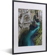 Foto in lijst - Rivier Soca tussen de rotsen in het Nationaal park Triglav in Slovenië fotolijst zwart met witte passe-partout klein 30x40 cm - Poster in lijst (Wanddecoratie woonkamer / slaapkamer)