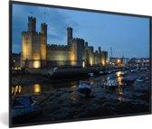 Foto in lijst - De Kasteel Caernarfon verlicht in de avond in Wales fotolijst zwart 60x40 cm - Poster in lijst (Wanddecoratie woonkamer / slaapkamer)